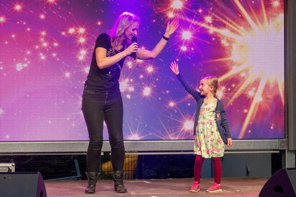 Pia Malo holte ihren jungen Fan Fabienne (6) auf die Bühne.