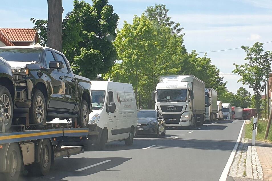 Wenn es auf der Autobahn A4 zu Staus kommt, dauert es nicht lange, bis es ähnliche Bilder auch in Limbach gibt. Die S36 ist als Ausweichstrecke bekannt. Geeignet ist sie dafür nicht.