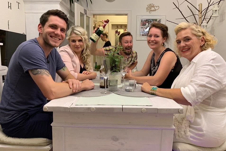 """Jetzt versucht sich Neustadts Schoko-Sommelière Sarah als perfekte Gastgeberin für die Vox-Sendung """"Das perfekte Dinner"""", die seit Montag läuft. Die Teilnehmer der Dresden-Woche: René, Sarah, Marcus, Anke und Andrea-Marion (v.l.)."""