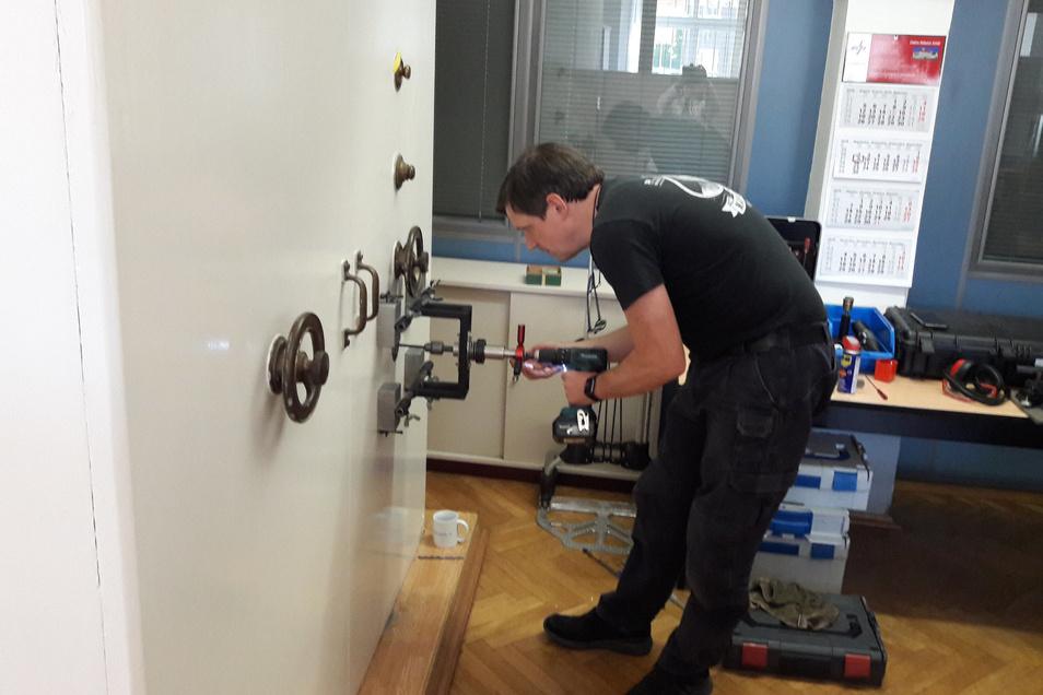 Oliver Diederichsen aus Hamburg versucht im Bürgerbüro des Roßweiner Rathauses einen riesigen Tresor zu öffnen.