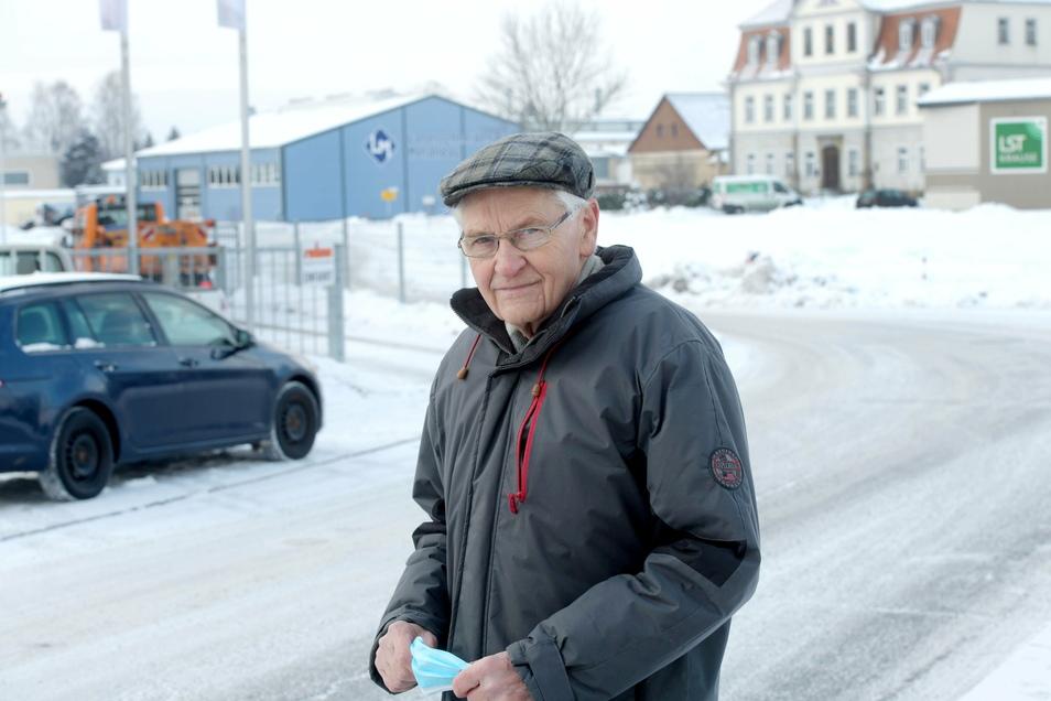 Leutersdorfs Bürgermeister Bruno Scholze am Anfang des Gewerbegebietes, das jetzt nachdem 2021 noch zwei Firmen bauen, komplett belegt ist.