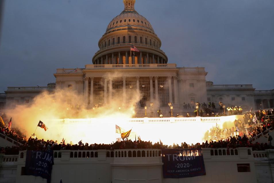 Tausende bestürmen das Kapitol in Washington. Wie es dazu kommen konnte, dass der Mob das gut bewachte höchste Heiligtum der amerikanischen Demokratie stürmen konnte, ist unklar.