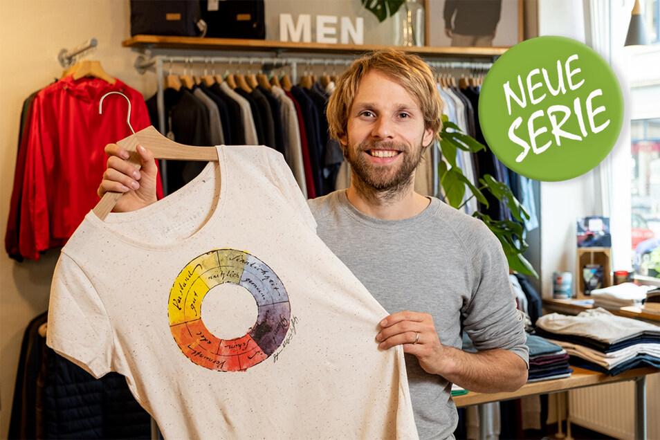 Steve Kupke, Inhaber von Unipolar in Dresden, zeigt eines der bio-fairen T-Shirts. Die Hersteller sind entweder Mitglieder der Fair Wear Foundation oder Gots-zertifiziert. Das kommt bei den Käufern gut an.