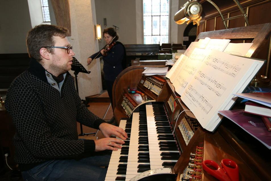 Schon zu Weihnachten hatte die Kirchgemeinde per Internet das Krippenspiel übertragen. Kantor Markus Häntzschel an der Orgel spielte mit Rahel Kretzschmann an der Geige die Musik ein.