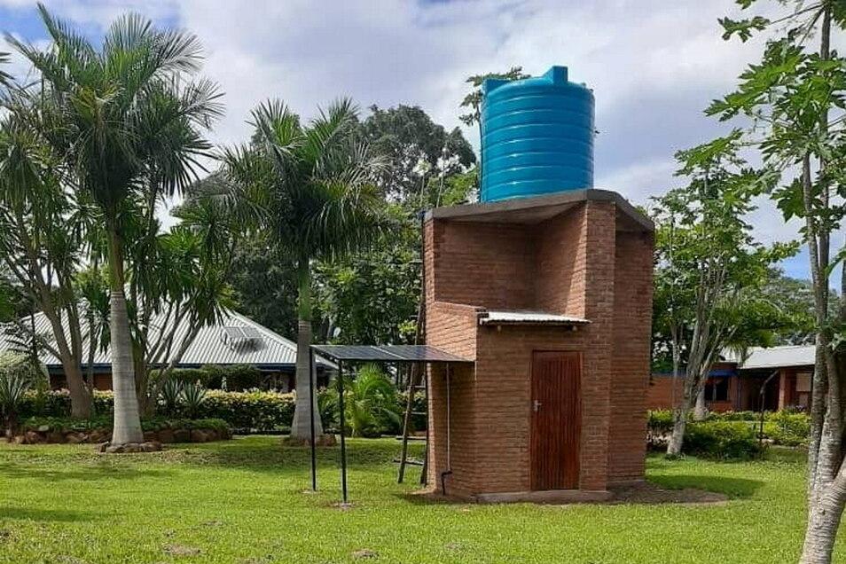 Fließendes Wasser für die Schule im Kinderdorf Kondanani liefert jetzt dieser Wasserturm.