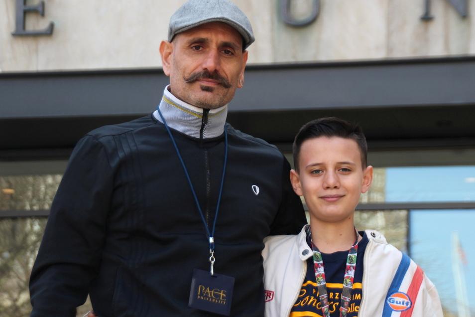 Bardia Gharib (l) und sein Sohn Shahab Gharib stehen vor dem Eingang der Pace University. Der 13-Jährige studiert  an der renommierten New Yorker Pace University.