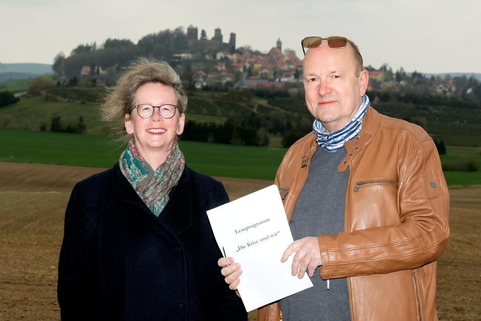Annett Immel und Matthias Stark werben für ein neues Projekt. Die Stolpener sind aufgerufen, ihre ganz persönlichen Corona-Geschichten aufzuschreiben.