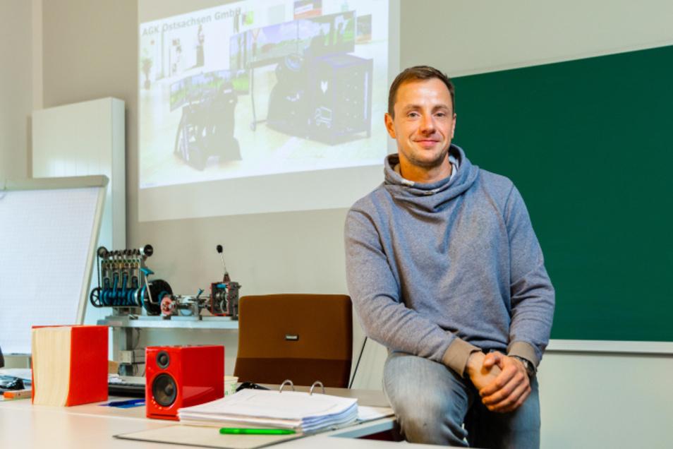 Christian Krumm kritisiert die Dauer der Schließzeit, die mittlerweile 12 Wochen andauert. Er hofft, dass im März wieder regulärer Betrieb in der Fahrschule herrscht.