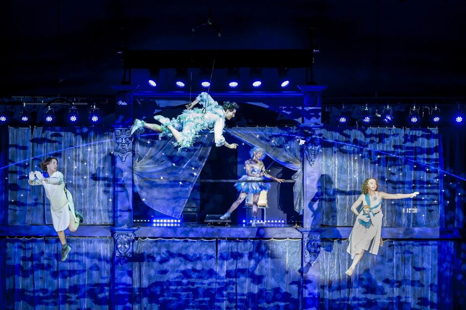 "Flugprobe zu ""Peter Pan"" im Theaterzelt Rathen (v.l.): Justin V. John (John), Felix Lydike (Peter Pan), Julia Rani (Fee Glitzerklang) und Tammy Girke (Wendy). Die Ausstattung besorgte Stefan Wiel."