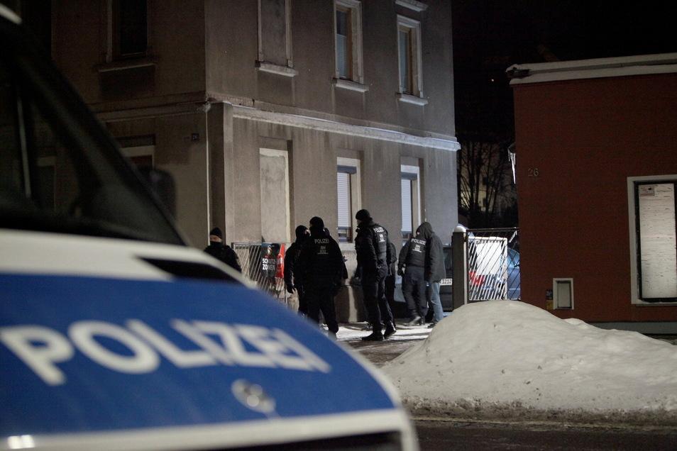"""Großaufgebot der Polizei am Sonnabend vor dem """"Haus Montag"""" in Pirna."""