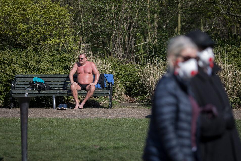 Großbritannien, London: Ein Mann sonnt sich in Regents Park zwei Tage nach der Ankündigung von Ausgangsbeschränkungen gegen die Ausbreitung des Coronavirus.
