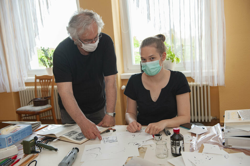 Elisa Herr aus Dresden, die Enkelin von Stadtmaler Uwe Hanneck, hat sich für die Grafikwerkstatt mit Heinz Ferbert entschieden.