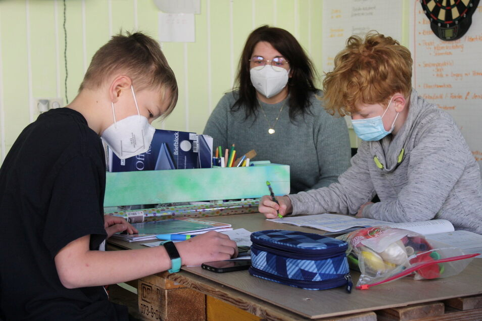Im Stadtteiltreff beaufsichtigt Schulsozialarbeiterin Theres Lunkwitz die Oberschüler Maximilian Riedel (13) aus Wülknitz und Melvin Fiebig (11) aus Gröditz bei ihren Aufgaben für die Schule.