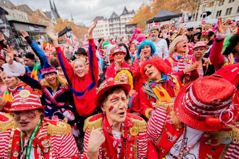 Karnevalisten jubeln bei der Eröffnung der Session auf dem Kölner Heumarkt.