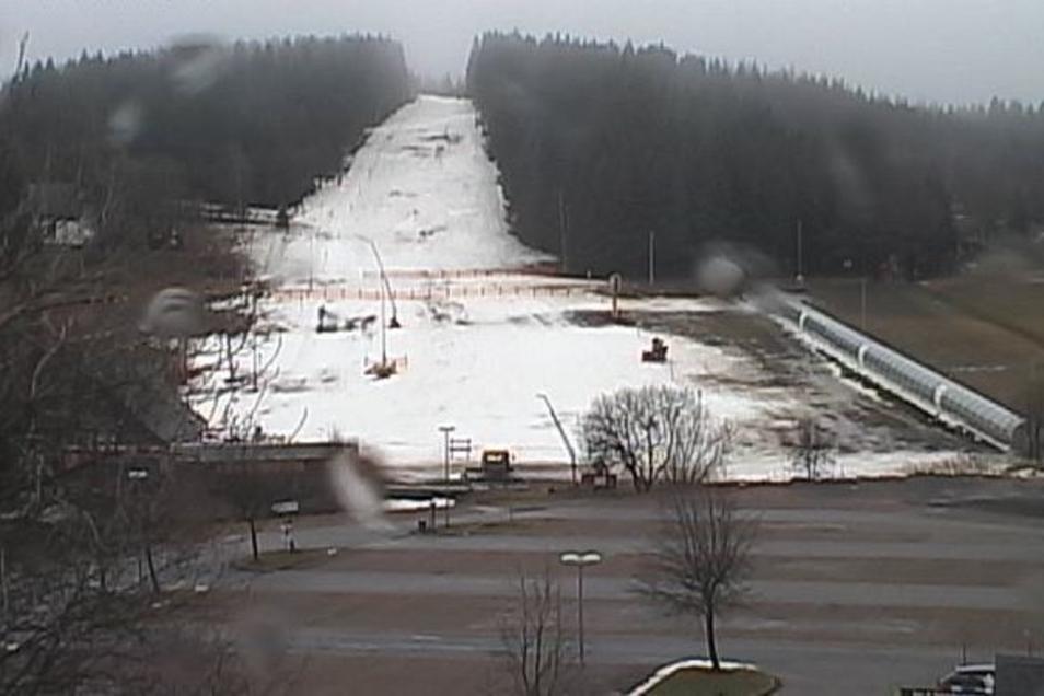 Die Webcam am Skilift in Altenberg liefert zurzeit traurige Bilder.