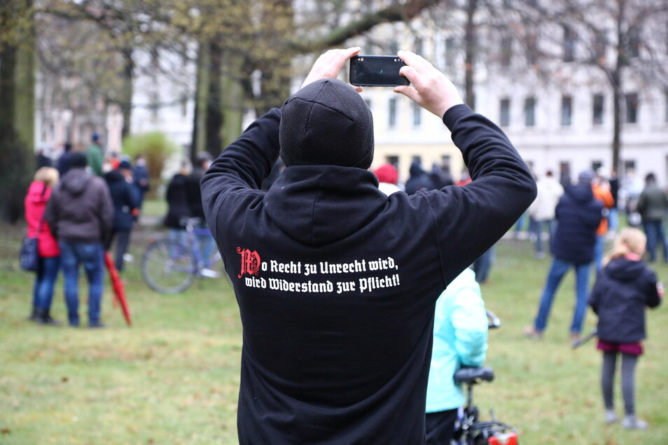 Eine genehmigte Versammlung von Corona-Maßnahmen-Kritikern auf dem Sechsstädteplatz in Görlitz, hier am 12. April.