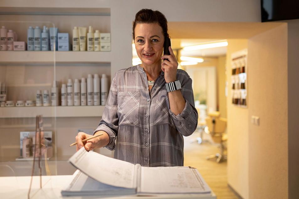 Vor dem Klappern der Scheren kommt das Klingeln der Telefone: Bei Friseurmeisterin Anja Neupert-Evers in Gottleuba füllt sich das Bestellbuch.