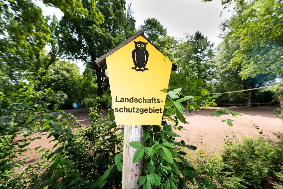 Am Spielplatz im Toeplerpark weist ein Schild darauf hin, dass hier das Landschaftsschutzgebiet beginnt. Der Park liegt direkt am alten Elbarm.