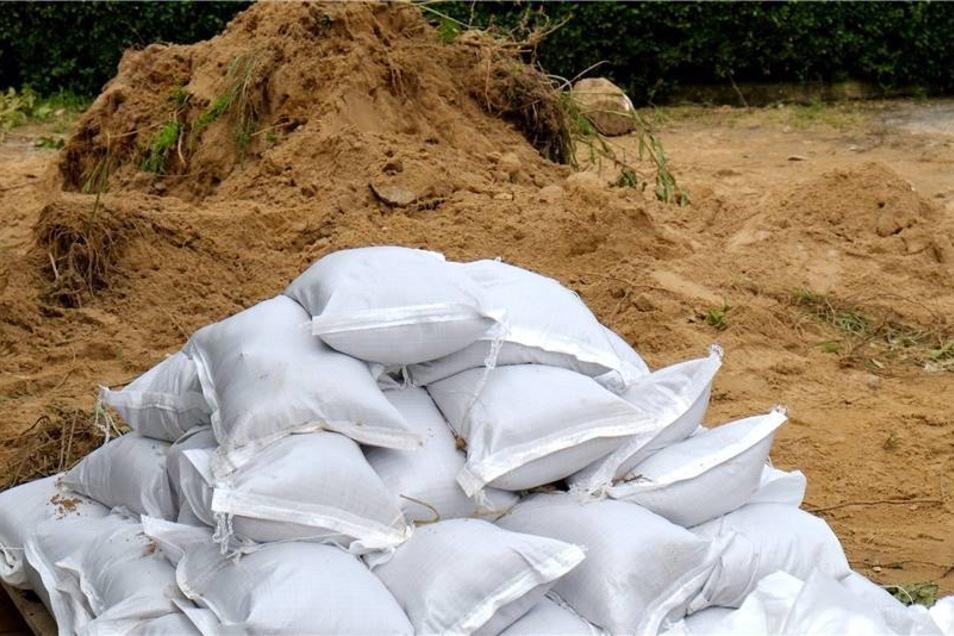 Sandsäcke zum Schutz vor den Wassermassen liegen noch an neuralgischen Stellen.