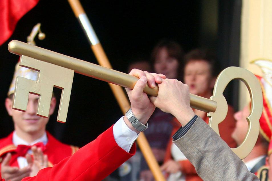Die Bannewitzer starten mit der traditionellen Schlüsselübergabe - hier ein Symbolfoto - in die fünfte Jahreszeit.