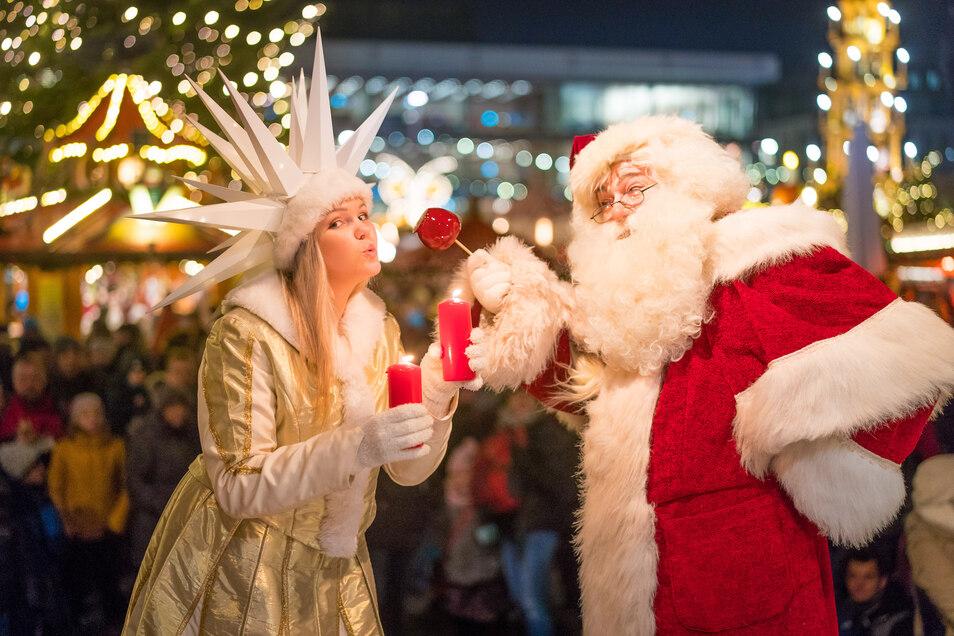2018: Das Herrnhuter Sternenmädchen Linda und der Weihnachtsmann freuen sich auf dem Striezelmarkt auf den ersten Advent