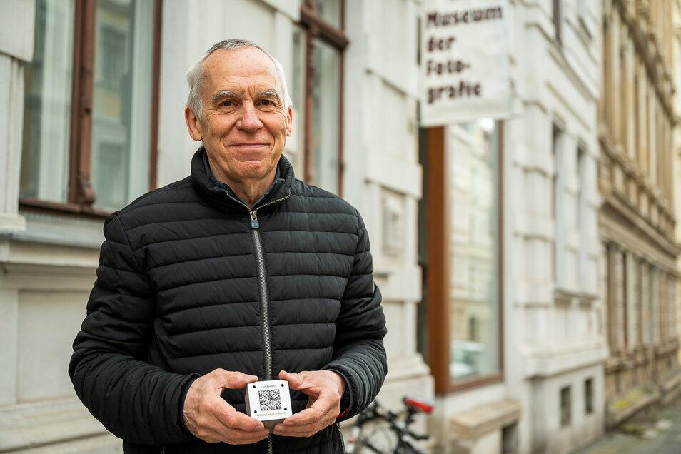 Peter Nedwidek lädt anlässlich des Görlitzer Stadtjubiläums zu einem Fotorundgang ein. Dabei informiert er über die Görlitzer Fotoindustrie. Hier steht er vor dem Fotomuseum auf der Löbauer Straße.