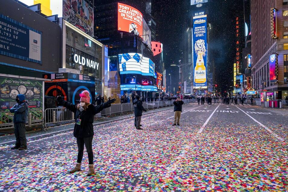 USA: New York: Jaclyn Bernstein, die zu den nur wenige Dutzend geladenen Gästen zählt, steht in den ersten Minuten des neuen Jahres im Konfettiregen auf dem Times Square. Normalerweise kommen jedes Jahr rund eine Million Menschen auf den Times Square - do
