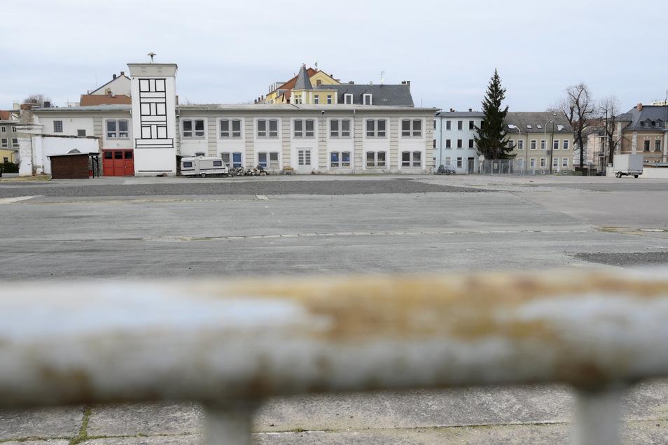 Auf der Fläche hinter der Feuerwehr an der Pausitzer Straße könnten ein Edeka und ein Aldi entstehen. Jetzt kritisiert ein konkurrierender Investor das Vorhaben.