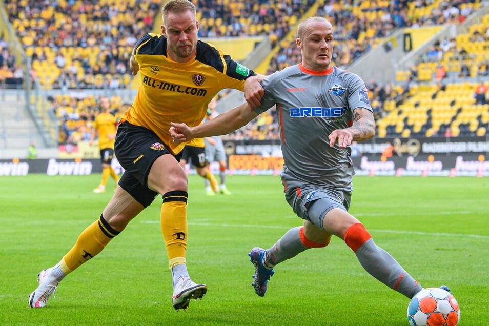 Sebastian Mai verliert nicht nur das Laufduell gegen Sven Michel. Dynamo muss sich gegen Paderborn mit 0:3 geschlagen geben.