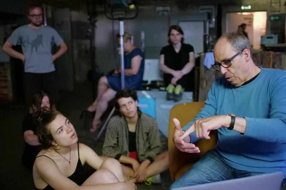 Andreas Köfer im Kühlhaus mit jungen Filmemachern.