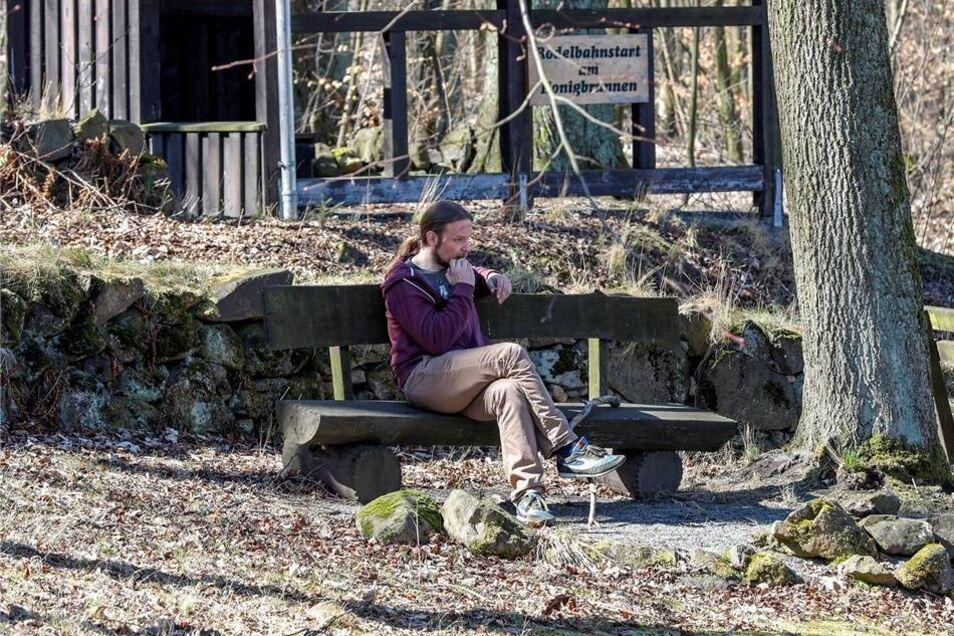 Eine Pause gönnen: Mancher macht es sich derzeit auf den Ruhe-Bänken bequem, wie hier am Löbauer Berg nahe dem Honigbrunnen.