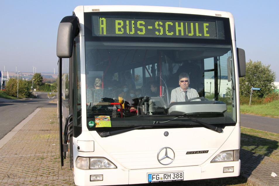 Fahrer Heiko Blechle hat mit Roßweiner Schulkindern über das richtige Verhalten im Schulbus gesprochen.