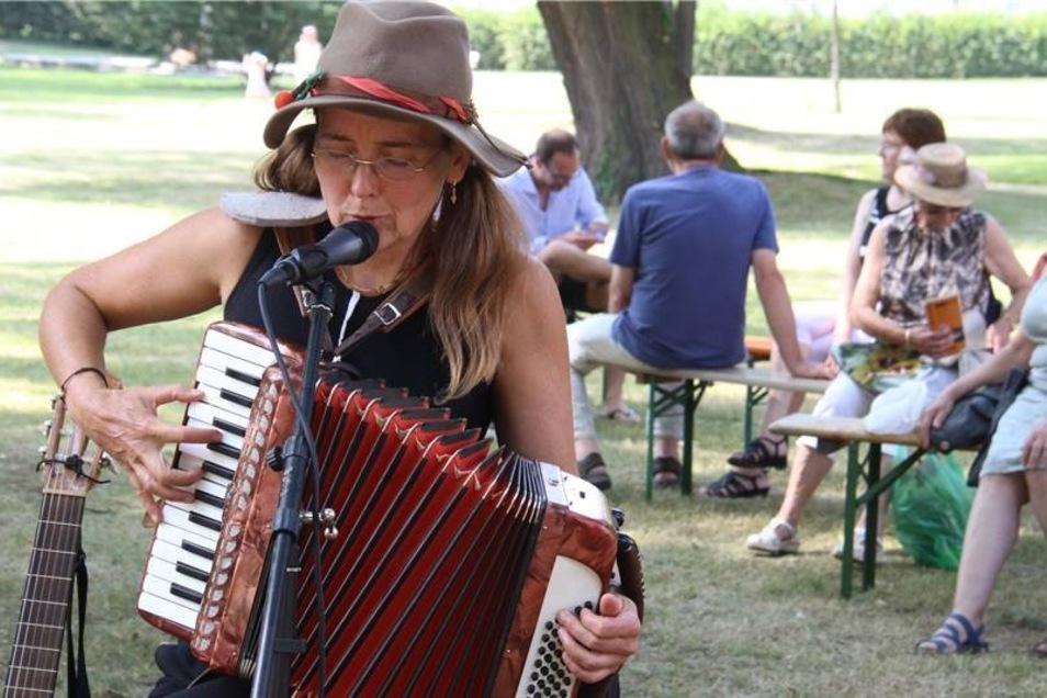 Linda Trillhaase aus Tonndorf spielt auf verschiedenen Instrumenten und singt vertonte Gedichte.