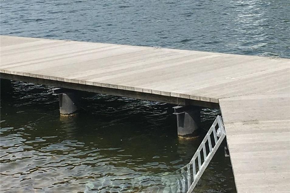 Unbekannte haben dieses Tor herausgerissen und in den See geworfen.