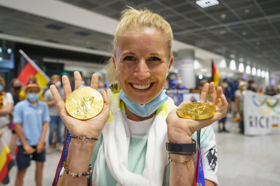Nach ihrer Ankunft in Frankfurt/Main zeigt Jessica von Bredow-Werndl stolz und überglücklich ihre beiden Goldmedaillen. Dem Sieg mit der Mannschaft hatte sie einen Tag später noch den im Einzel folgen lassen.