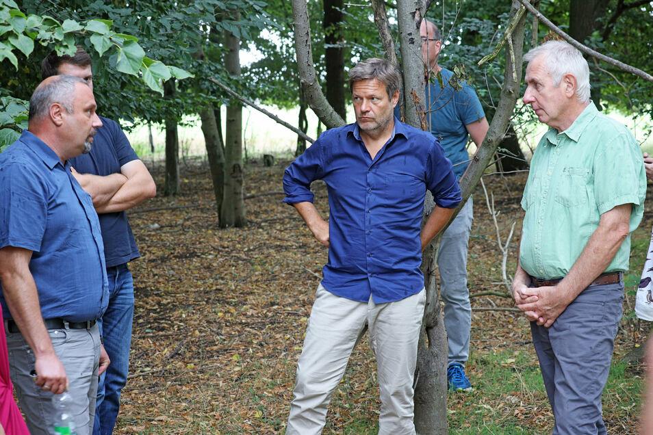 In manchen Fragen gar nicht so weit auseinander: Landesbauernverbands-Vorstand Torsten Krawczyk (l.), Grünen-Chef Robert Habeck (M.) und Gerhard Förster (r.) von der Kreinitzer Agrargenossenschaft.