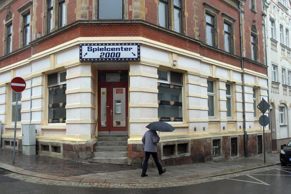 """Die Spielothek """"Spielecenter 2000"""" an der Ecke Pestalozzistraße/Goethestraße kämpft um ihr weiteres Bestehen. Doch die Landesdirektion bleibt beim Gesetz."""