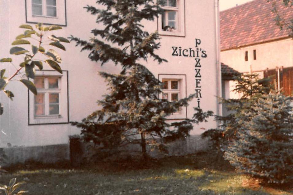 """Für die Pizzeria wurde der alte Kuhstall des Hofes an der Klotzscher Hauptstraße umgebaut. Heute wohnen Jutta und Bernd in diesem Teil des Hauses. Das """"Anno Domini"""" befindet sich in einem anderen Gebäudeteil."""