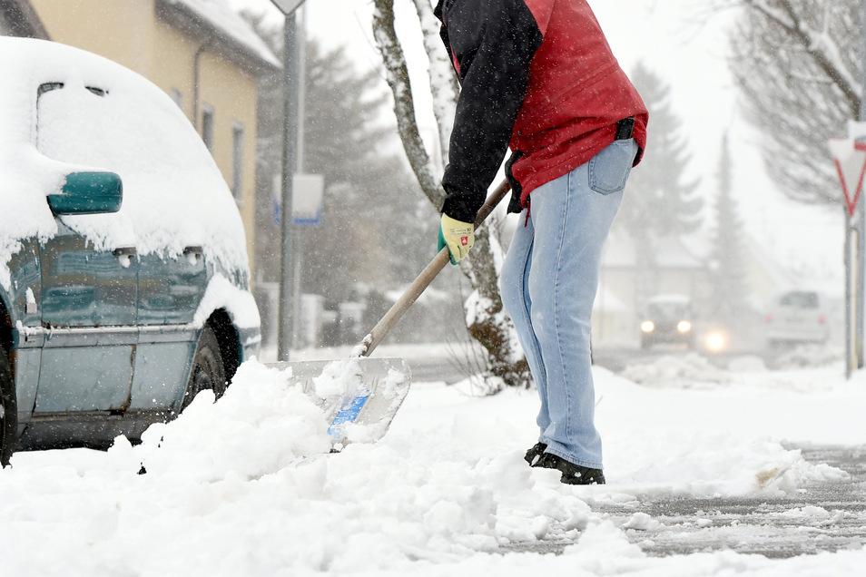 Nicht nur der Gehweg soll nach dem Schneeschieben gefahrlos begehbar sein: An der richtigen Stelle gelagert, behindern Schneehaufen auch keine Autofahrer und Fußgänger.