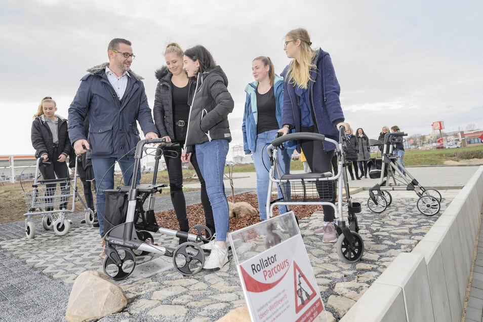 Andres Hetke im Gespräch mit den Gymnasiasten, deren Ideen ebenfalls in die erste Riesaer Rollator-Teststrecke einflossen.