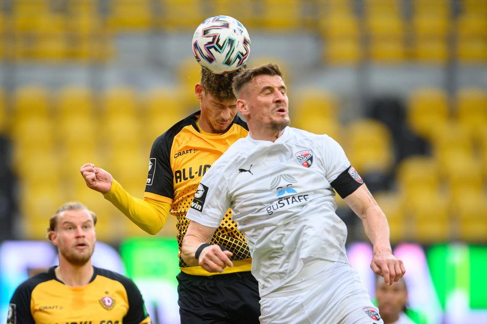 Ex-Dynamo Stefan Kutschke verliert das Kopfballduell gegen Heinz Mörschel. Es ist ein umkämpftes Spiel mit vielen Zweikämpfen.