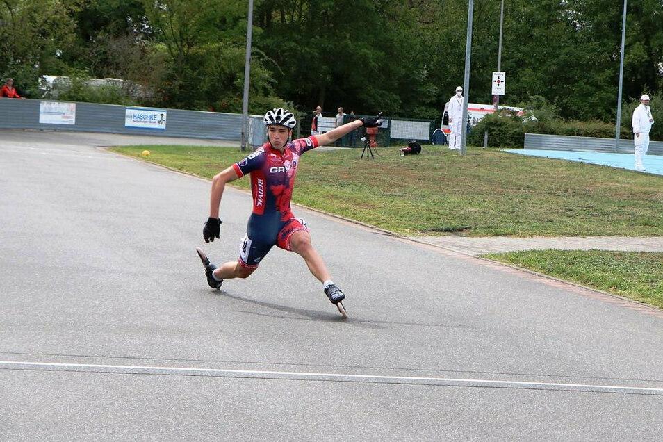 Der Zielschritt zum Sieg: Theo Fischer aus Meißen gewinnt im Laufanzug des Großenhainer Rollsportvereins Gold über 200 Meter bei der Chrono-DM.