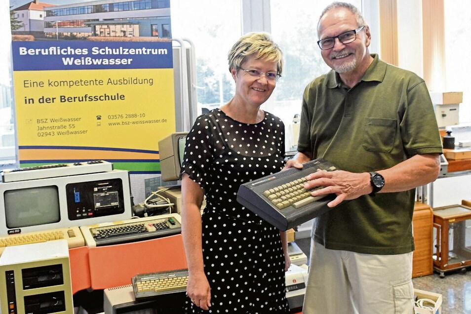 In der Caféteria des Beruflichen Schulzentrums Weißwasser warfen Schulleiterin Petra Weidner und Wolfgang Kunze, Vereinsvorsitzender vom Konrad Zuse Forum in Hoyerswerda, einen gemeinsamen Blick auf die alte Rechentechnik. Die Sammlung des BSZ wurde vorma