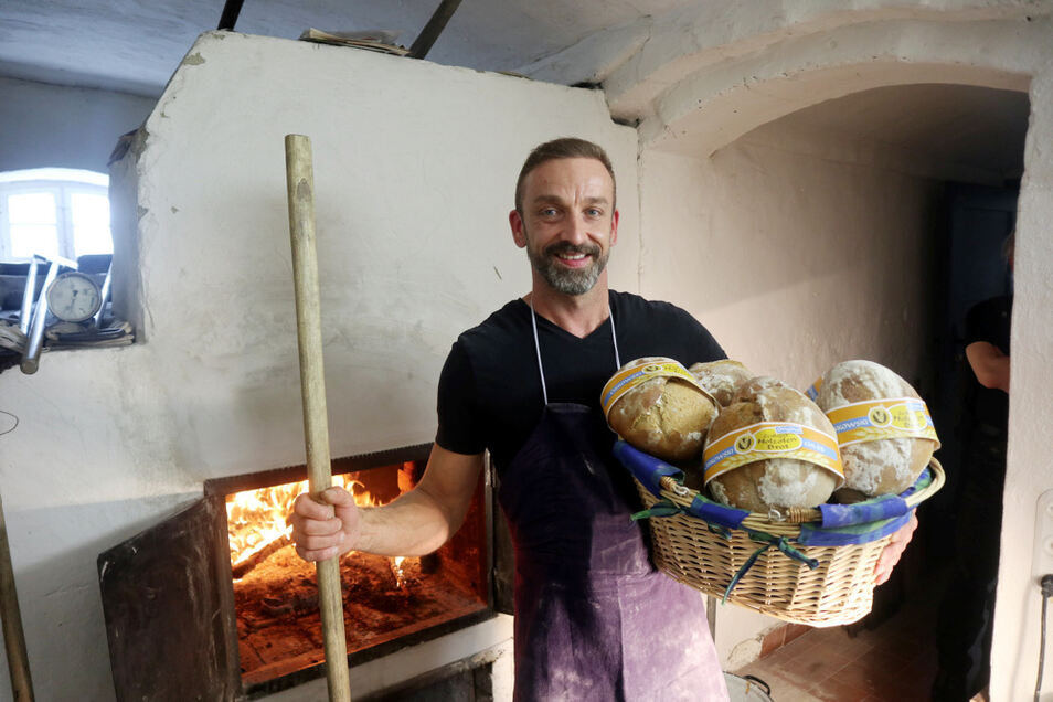 Zum Erntedankfest gab es Holzofenbrot. Nico Thäle, gelernter Bäcker, sorgte dafür gemeinsam mit Wolfgang Finger.