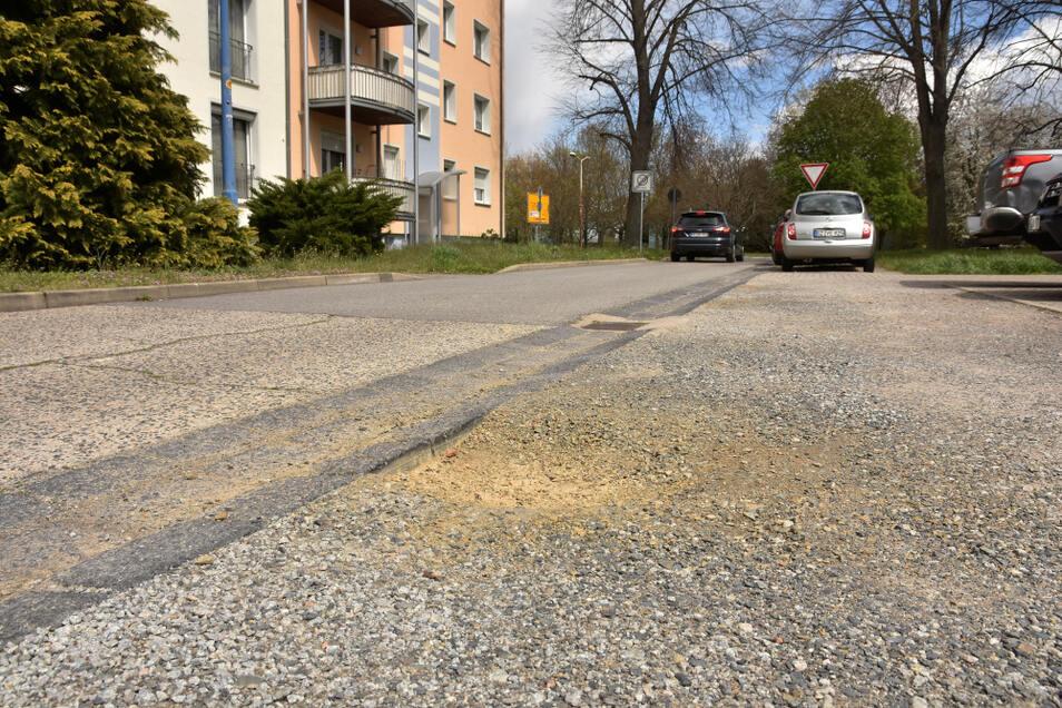 Dieser gesplittete Randstreifen in der Curiestraße wird nicht asphaltiert. Augenscheinlich dient er ohnehin vor allem als erweiterte Park-Möglichkeit.