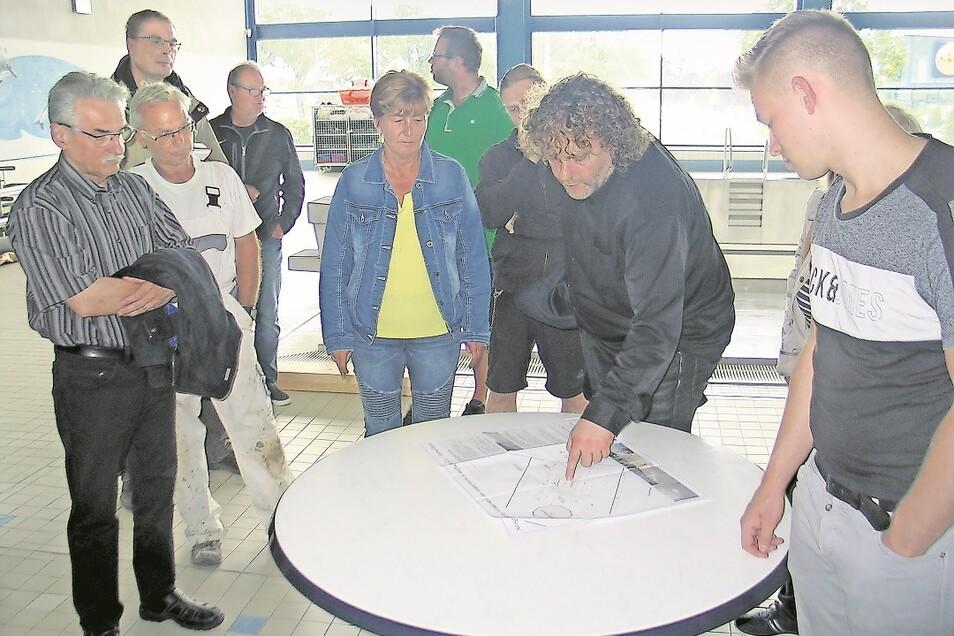 Nach der Vor-Ort-Begehung diskutierten OB Torsten Pötzsch (2.v.re.) und der Bauausschuss Ideen für die Neugestaltung am Wasserturm. Attraktiv soll es werden – mit einem Stadtwappen.