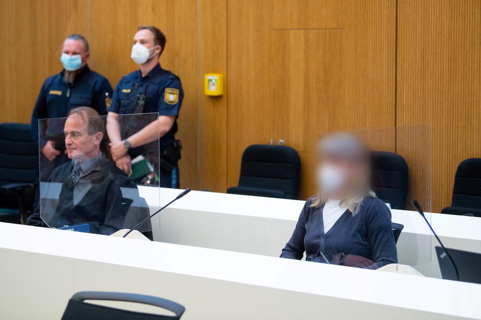 Die Frau aus dem fränkischen Lauf bei Nürnberg (rechts) soll Todesdrohungen an Politiker und Muslime geschickt und einen Brandanschlag vorbereitet haben und sitzt nun vor Gericht.