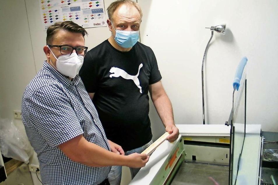 Sascha Melcher (links), Geschäftsführer der Werkstätten der Lebenshilfe Weißwasser gGmbH, kam einst selber als Zivi in die Behindertenhilfe. Mit Enrico Petrick hat er damals zusammen in der Gravurwerkstatt gearbeitet. Heute ist dieser für den Empfang