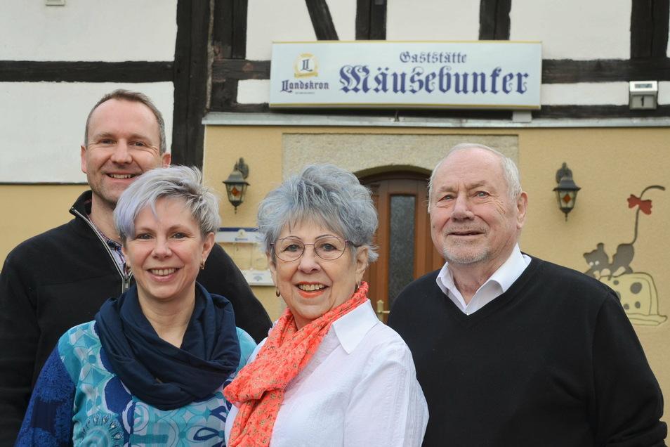 """Die """"Mäusebunker""""-Familie: Andy und Jana Strahl (links) mit Janas Eltern Brigitte und Manfred Lehmann."""