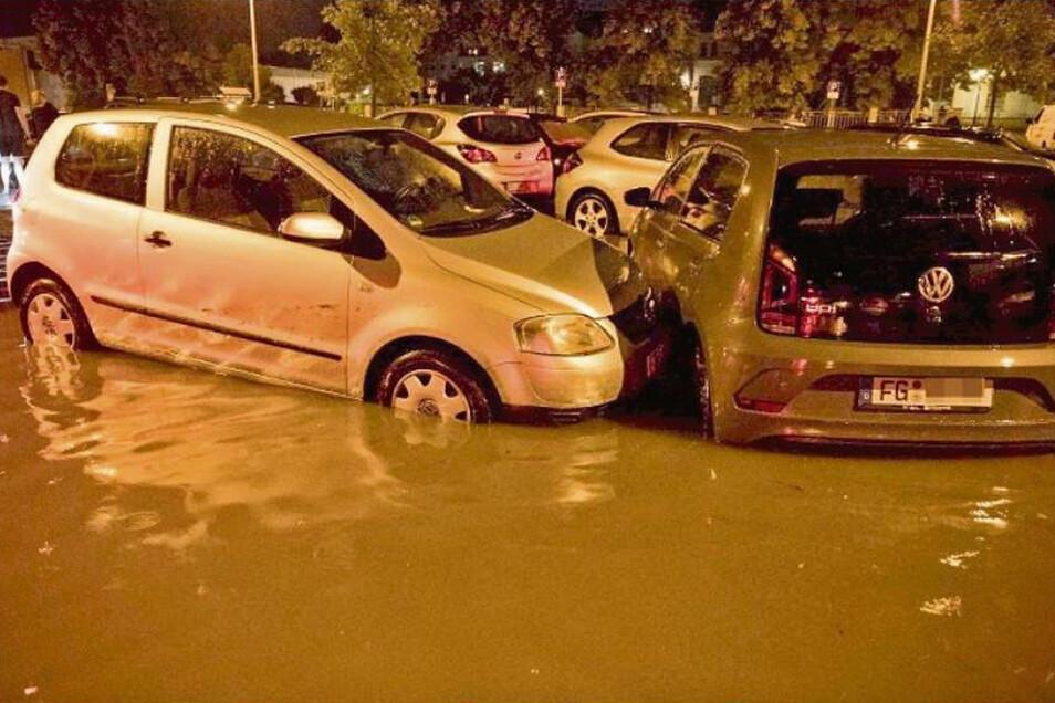 Im Wasser stehende Autos in der Nacht zum Mittwoch auf einem Parkplatz in Freiberg: Ob die Teilkaskoversicherung für die Schäden aufkommt, hängt von bestimmten Bedingungen ab.